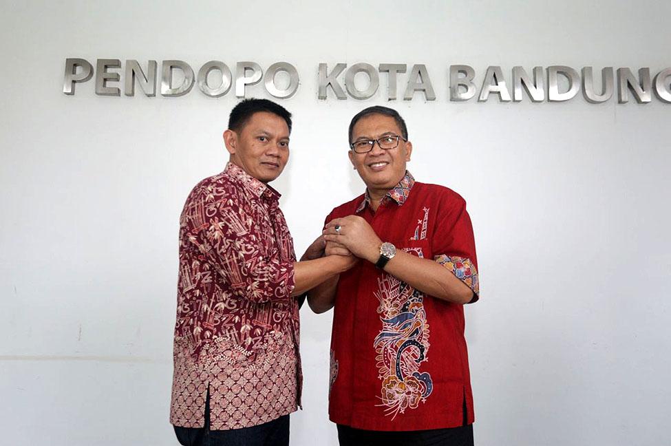 Wali Kota Bandung, Oded M Danial dan pengelola Saung Angklung Udjo, Taufik Hidayat
