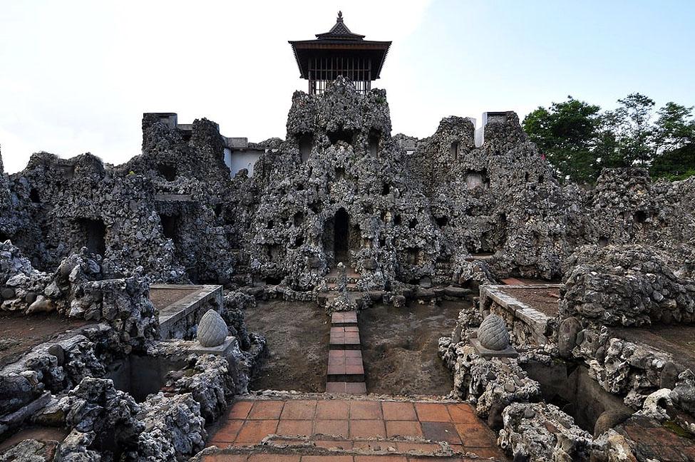 Taman Sari Gua Sunyaragi, salah satu destinasi wisata di Cirebon. (Foto: Net)
