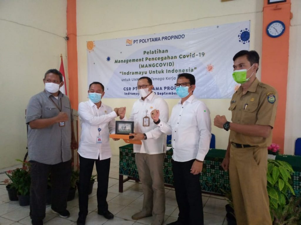 Stafsus Kemnaker RI memberikan apresiasi kepada Disnaker Kabupaten Indramayu dan PT Polytama yang aktif membantu korban PHK dan pelaku UMKM terdampak pandemi COVID-19. (Safaro/IJNews)