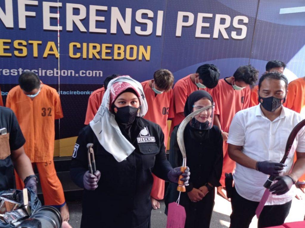 Jajaran Sat Reskrim Polresta Cirebon menunjukkan barang bukti kasus bentrokan geng motor saat ungkap perkara di Mapolresta Cirebon, Jumat (23/7/2021). (Indramayujeh)