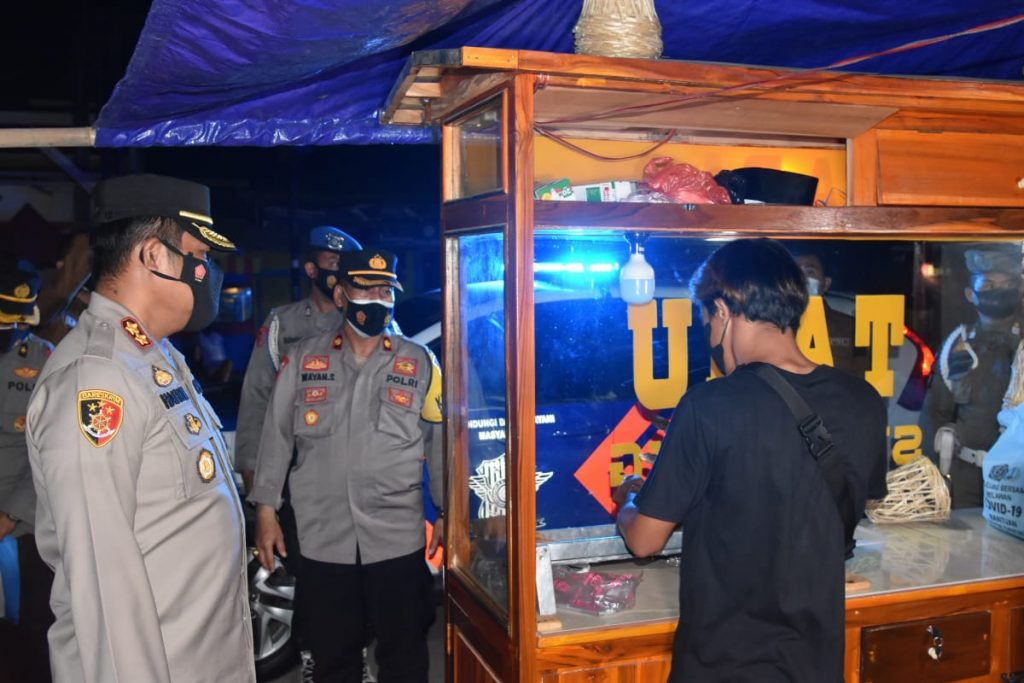 Kapolres Indramayu AKBP Hafidh S Herlambang melakukan patroli rutin dalam rangka pelaksanaan PPKM sekaligus bagi-bagi sembako kepada warga terdampak PPKM. (Indramayujeh)
