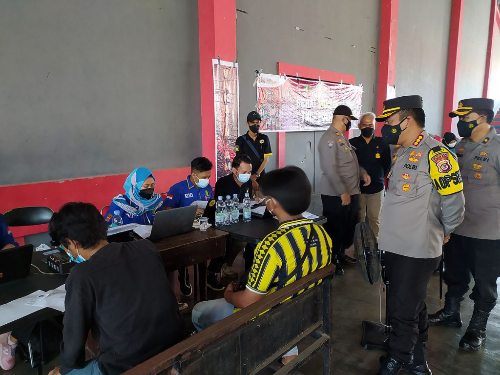 Komunitas suporter PSGJ Cirebon menjalani vaksinasi. (Indramayujeh)