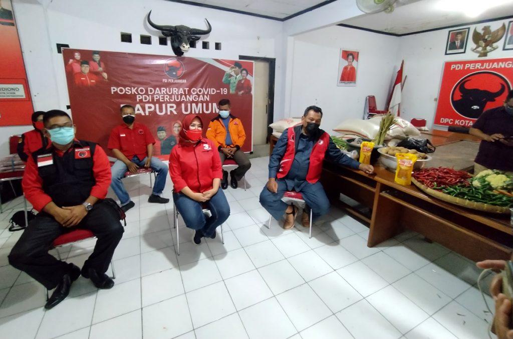 Jajaran DPC Kota Cirebon memberikan keterangan pers di Posko Dapur Umum untuk pasien COVID-19 yang sedang isoman. (Indramayujeh)