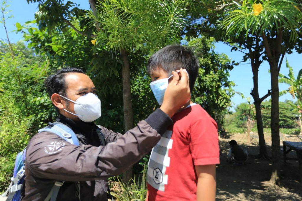 Dedez Anggara saat memberikan masker kepada anak-anak di Desa Pabean Udik, Kecamatan/Kabupaten Indramayu, Selasa (27/7/2021). (Indramayujeh)