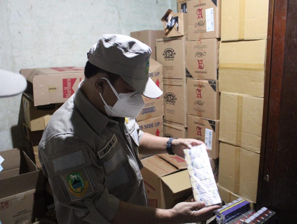 Petugas gabungan menemukan sejumlah rokok ilegal saat menggelar sidak ke sejumlah pasar tradisional di Kabupaten Kuningan. (Indramayujeh/Andri)