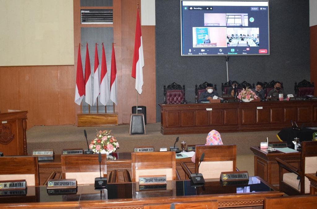 Anggota DPRD Kabupaten Kuningan, Jawa Barat, saat menggelar rapat paripurna di Gedung DPRD setempat secara virtual. (Andri)