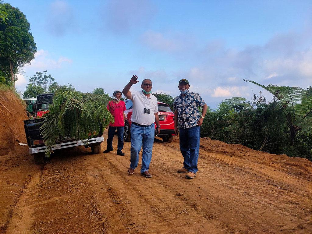 Bupati Kuningan, Acep Purnama bersama Dinas PUTR Kuningan meninjau lokasi pembangunan jalan lingkar di kawasan wisata Cisantana. (Indramayujeh/Andri)