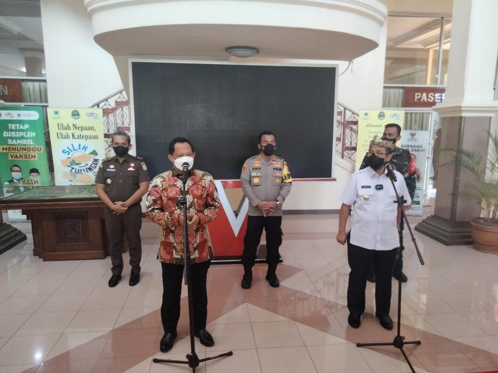 Mendagri Tito Karnavian (tengah) saat melakukan kunjungan kerja ke Kabupaten Cirebon. (Indramayujeh)