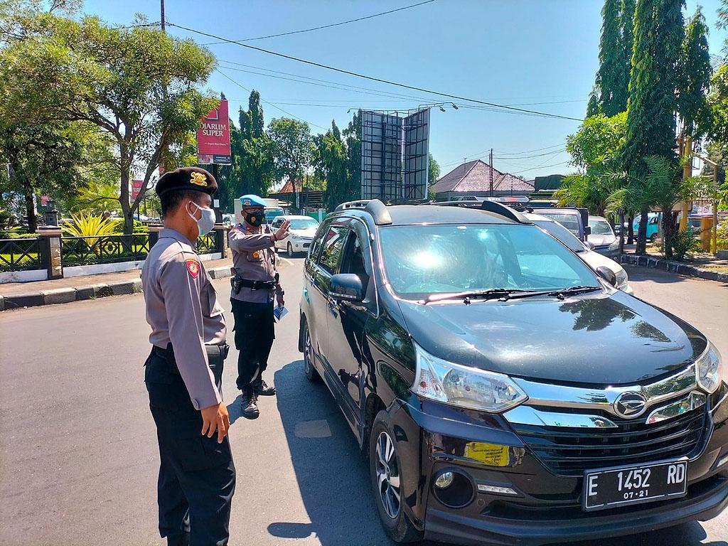 Petugas melakukan penyekatan di depan Gedung Bakorwil (Krucuk) Kota Cirebon. (Indramayujeh/Juan)