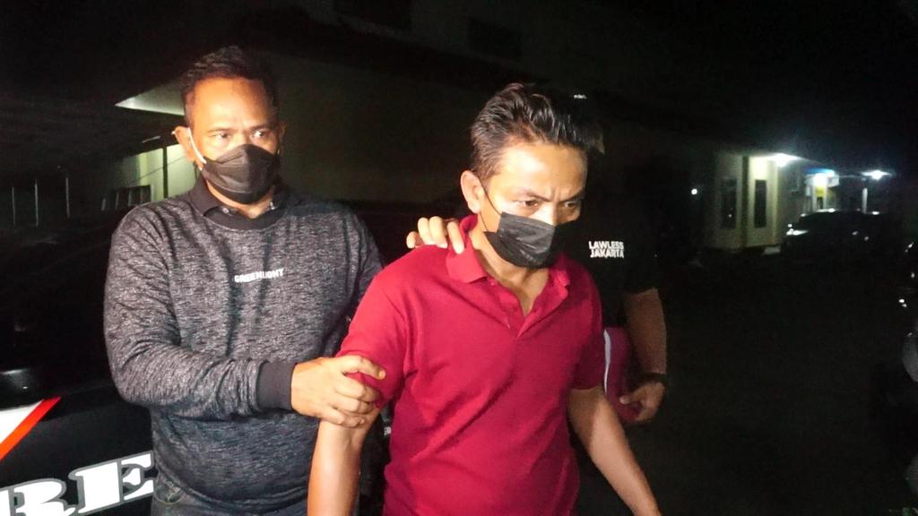 Petugas Sat Reskrim Polres Indramayu mengamankan seorang oknum pegawai Puskesmas Kecamatan Sukra berinisial W karena memalsukan surat hasil tes swab. (Indramyujeh)