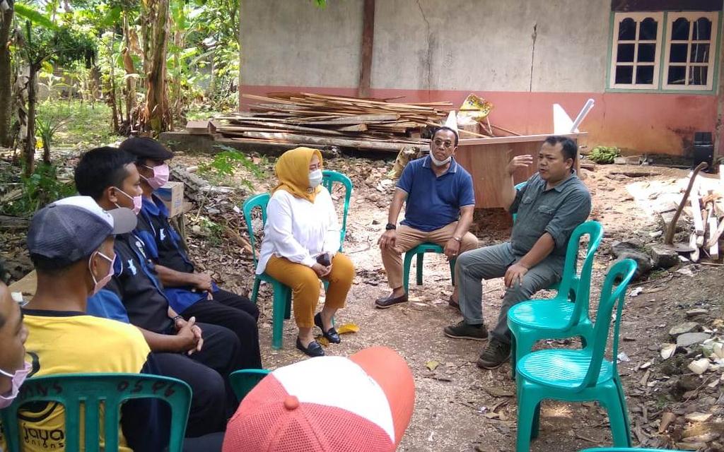 Anggota Fraksi Gerindra DPRD Jabar, Tina Wiryawati saat menyambangi komunitas sopir odong-odong Kabupaten Kuningan. (Indramayujeh)