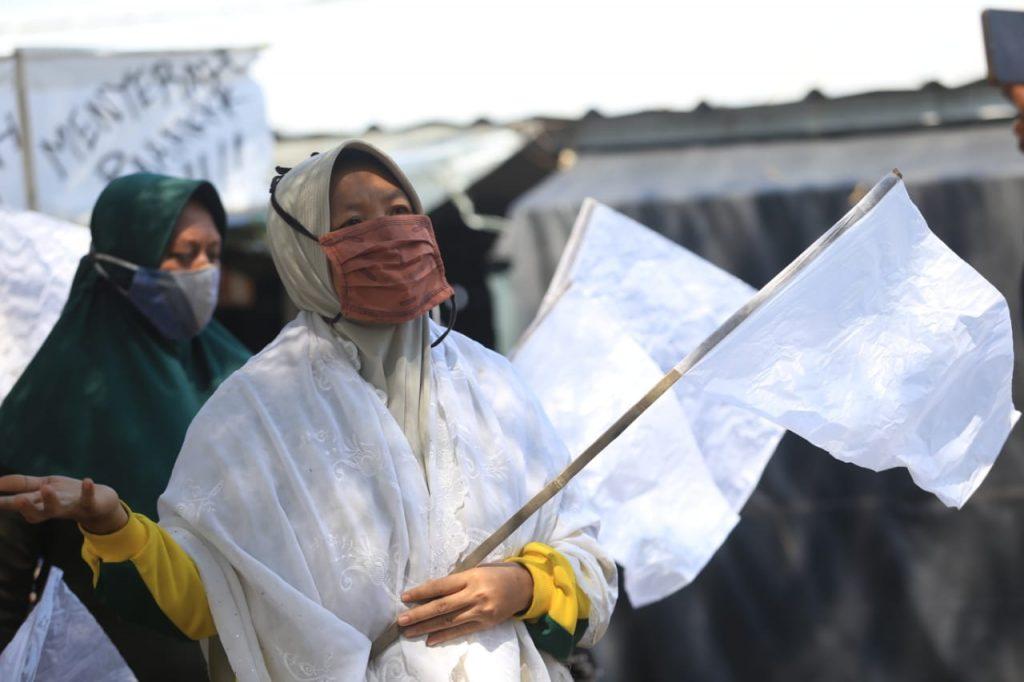 Pegadang di kawasan Objek Wisata Pantai Balongan, Indramayu, mengibarkan bendera putih. (Indramayujeh)