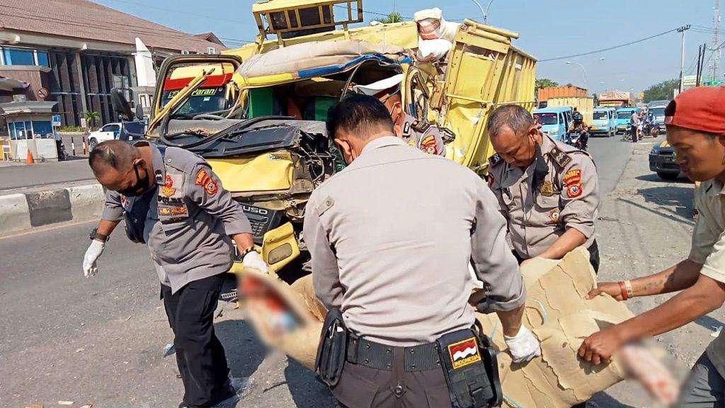 Petugas mengevakuasi korban tewas dalam peristiwa kecelakaan maut di jalur pantura Cirebon. (Indramayujeh)