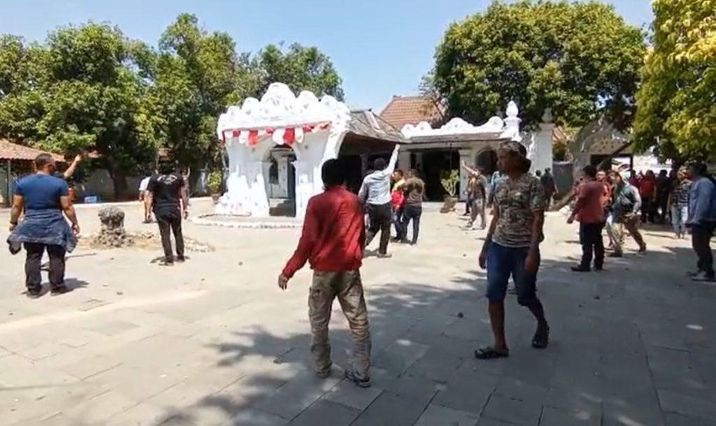 Bentrok 2 kubu yang berseteru di Keraton Kasepuhan Cirebon. (Indramayujeh)