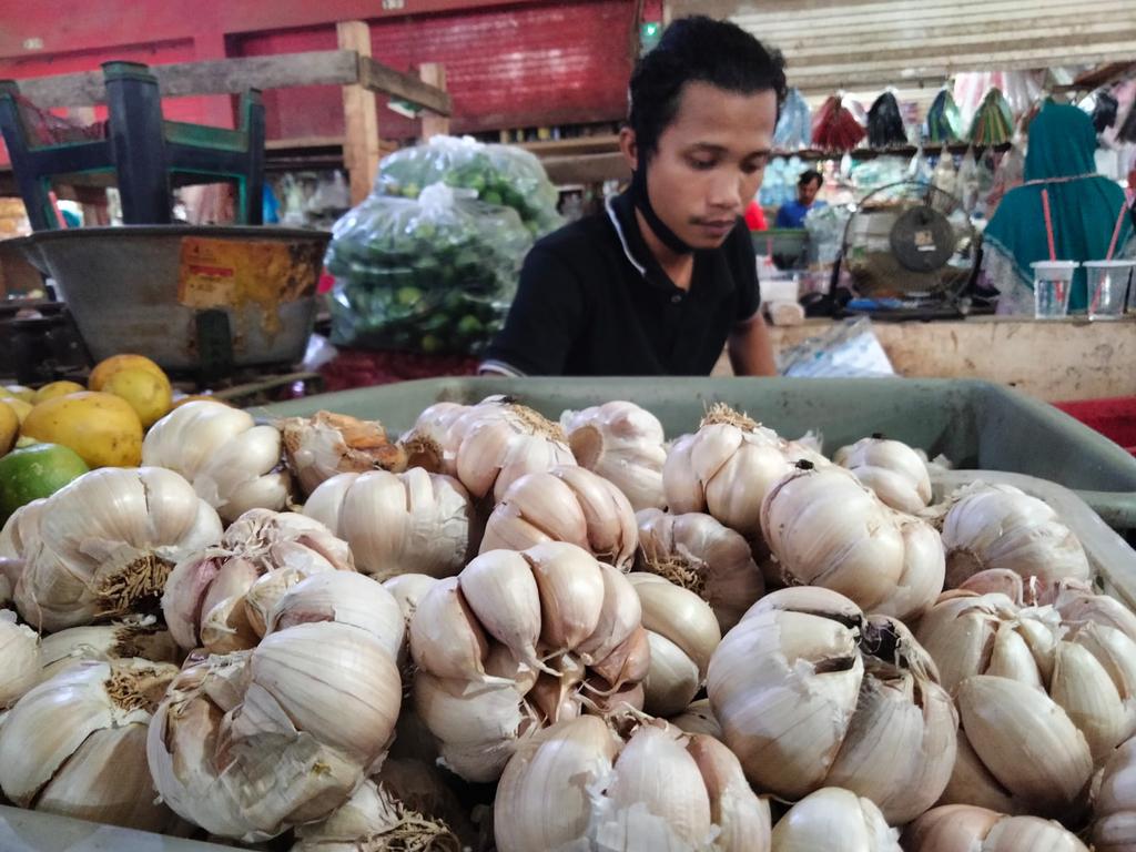 Penjual bawang putih di Pasar Jagasatru Kota Cirebon. (Indramayujeh)