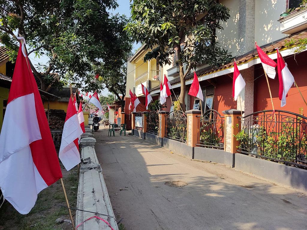 Warga Desa Budiraja, Kecamatan Gunung Jati, Kabupaten Cirebon mengibarkan 1.000 bendera Merah Putih. (Indramayujeh)