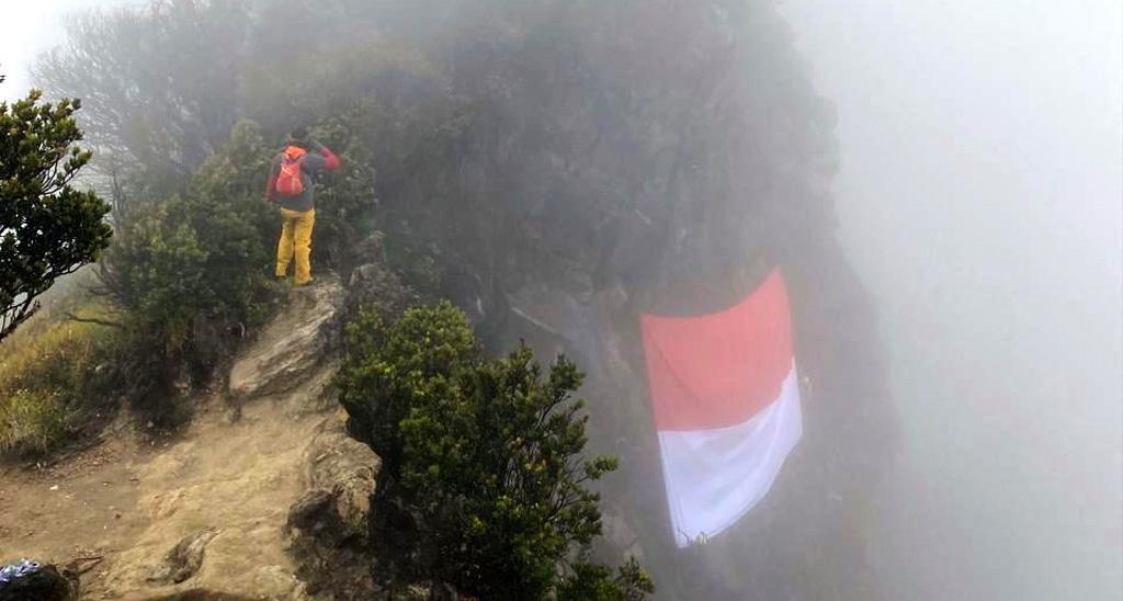 Pengibaran bendera merah putih sukses dilakukan di puncak Gunung Ciremai Kabupaten Kuningan, Jawa Barat. (BPBD Kuningan)