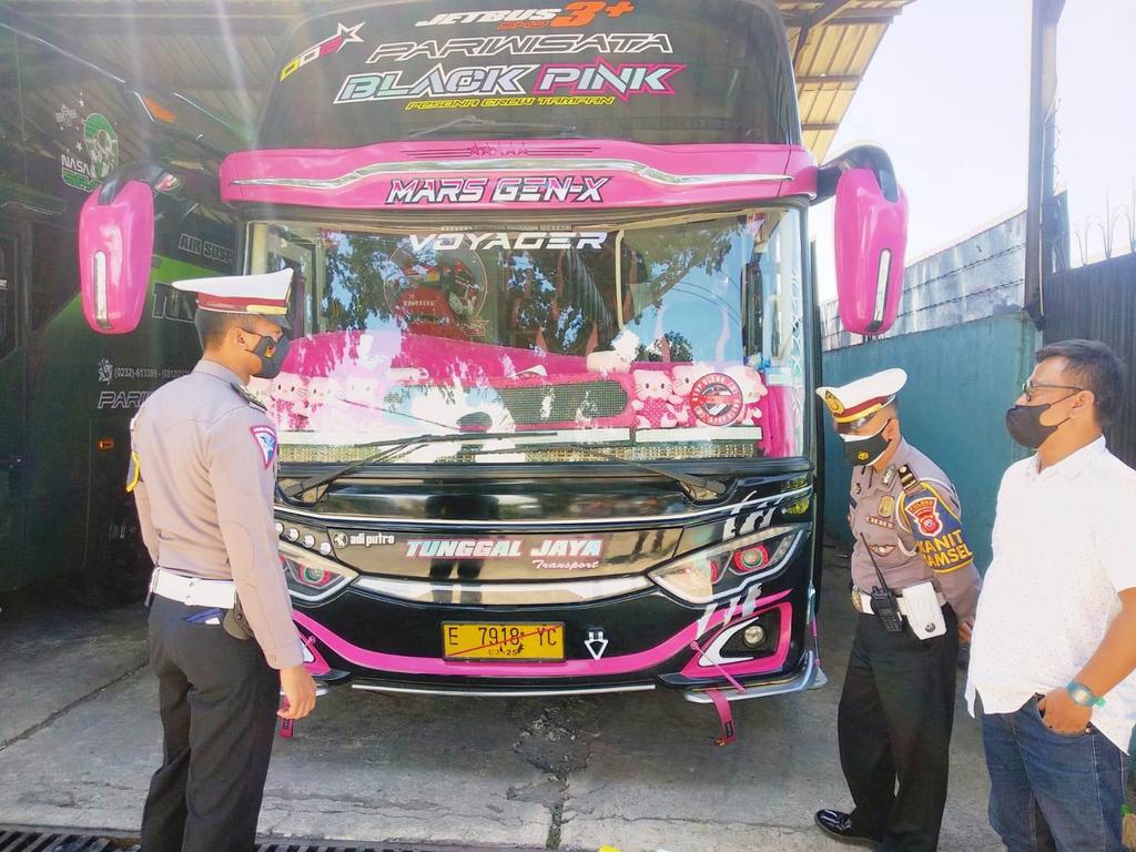 Petugas Sat Lantas Polres Kuningan mendatangi pihak perusahaan bus yang viral akibat aksi zig-zag di Jalan Raya Cilimus, Kabupaten Kuningan, Jawa Barat. (Indramayujeh)