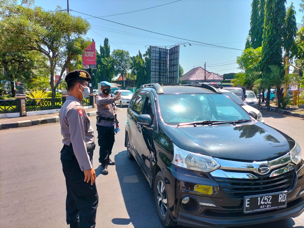 Petugas mengatur alu lintas di bundaran Bakorwil (Krucuk) arah Jalan Siliwangi. (Indramayujeh)