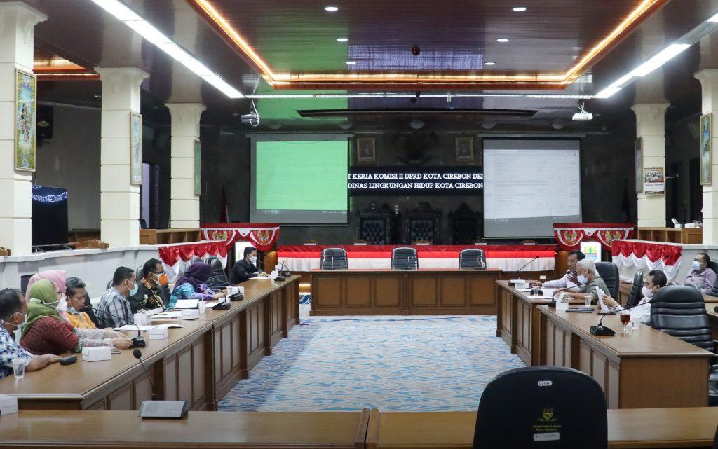 Rapat kerja Komisi II DPRD Kota Cirebon dengan DLH Kota Cirebon. (Indramayujeh)
