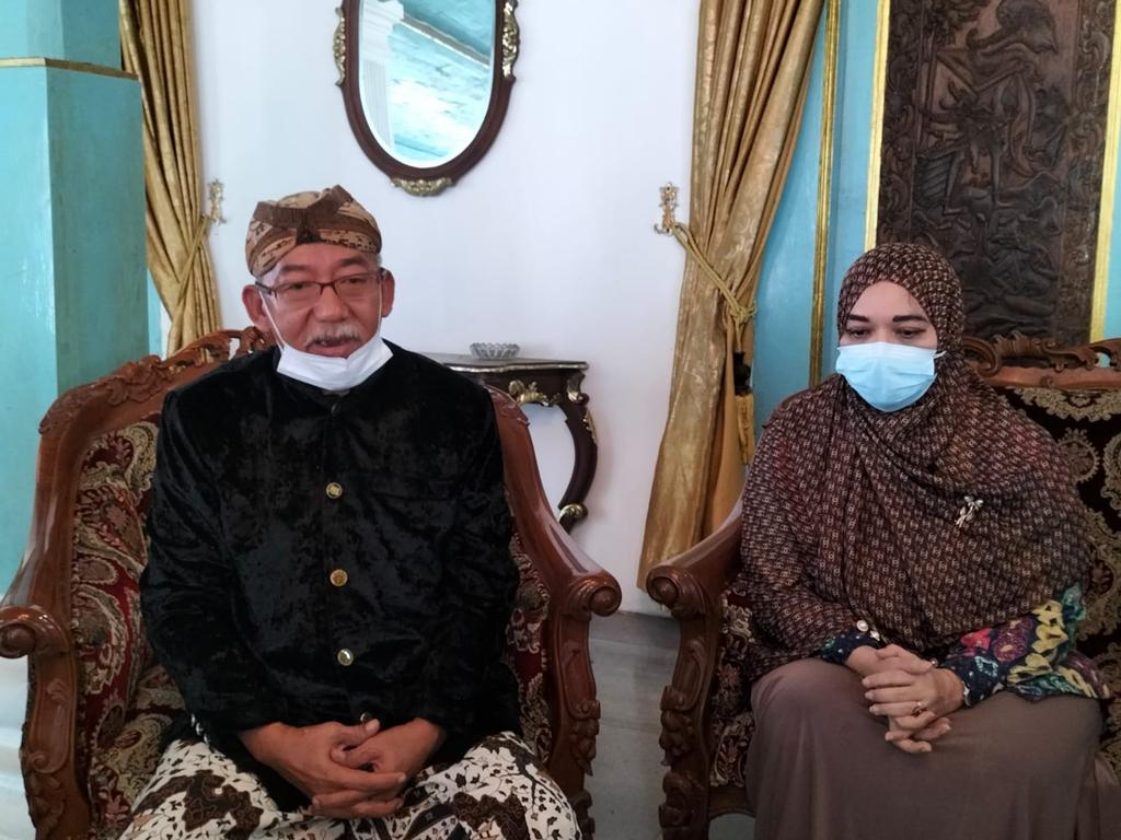 Perwakilan Keluarga Besar Kasultanan Cirebon Ratu Mawar (kanan) dan Pangeran Patih Keraton Kacirebonan Tomy Iplaludin Dendabrata (kiri). (Indramayujeh)