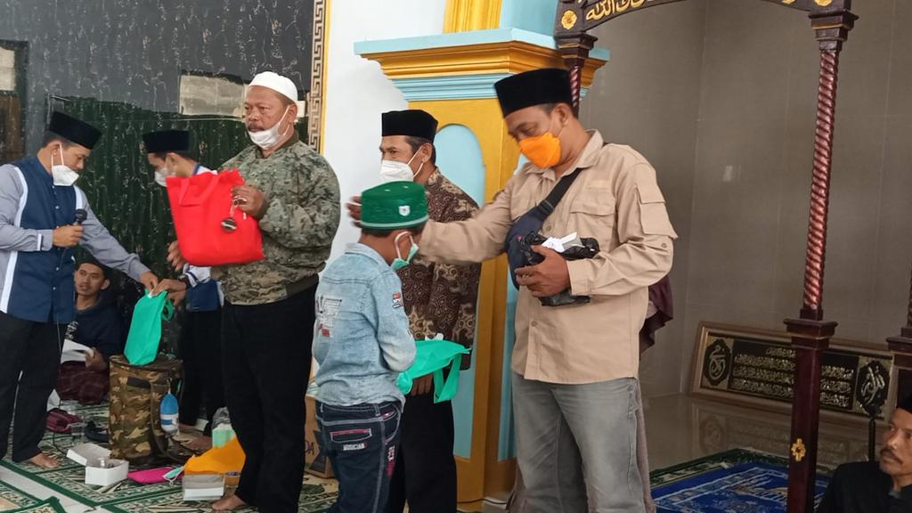 Tim Tina Wiryawati Center (TWC) membagikan santuan kepada anak yatim piatu. (Indramayujeh)