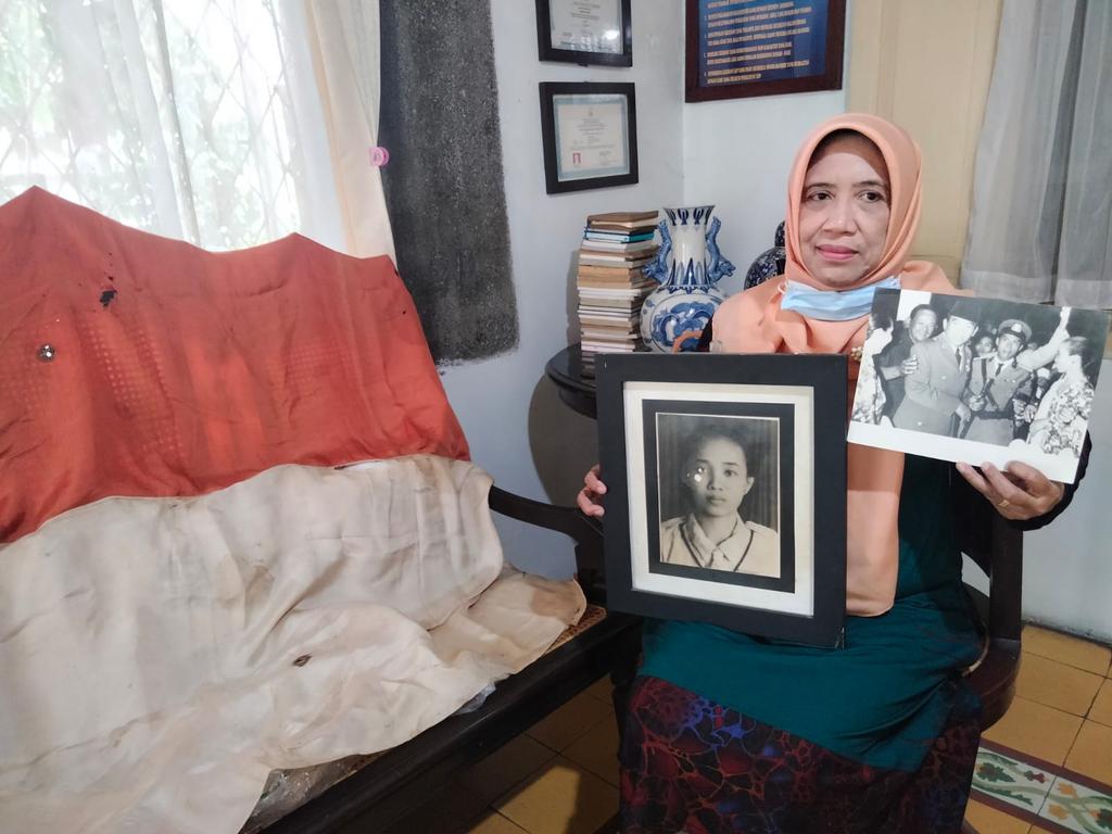 Indra Ratna Esti Handayani menunjukkan Sang Merah Putih dan foto-foto ibunya yakni Olly Siti Soekini yang dikenal sebagai Srikandi Cirebon. (Indramayujeh)