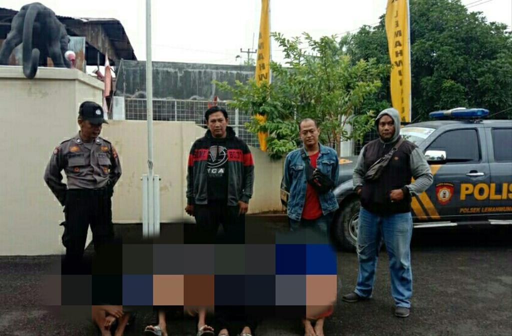 Personel Polres Cirebon Kota mengamankan pelaku tawuran antar pelajar. (Indramayujeh)