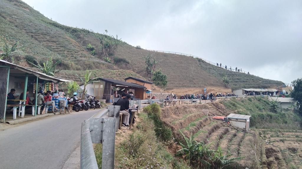 Objek wisata Terasering Panyaweuyan, Kabupaten Majalengka, Jawa Barat kembali dikunjungi wisatawan. (Erick)