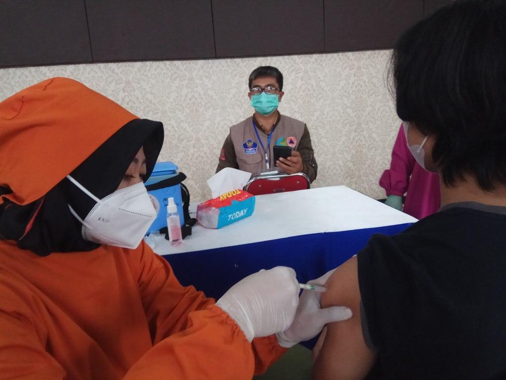 Petugas tenaga kesehatan di Kabupaten Kuningan, Jawa Barat, saat melakukan vaksinasi terhadap remaja berusia 12-18 tahun. (Indramayujeh)