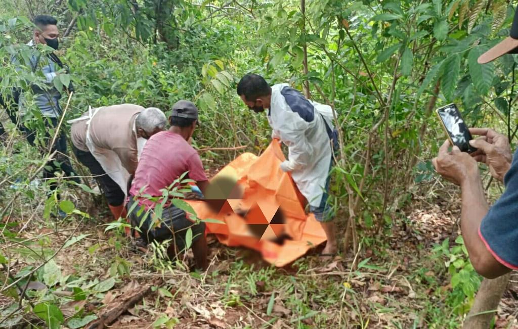 Petugas kepolisian dibantu warga saat melakukan evakuasi terhadap penemuan mayat di hutan milik Perhutani Kabupaten Kuningan, Jawa Barat. (Indramayujeh)