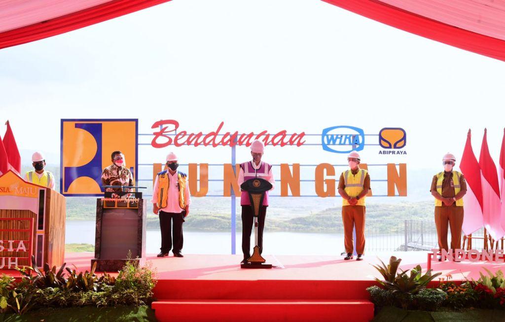 Presiden Jokowi saat meresmikan Bendungan Kuningan, Jawa Barat. (Muchlis Jr/Biro Pers Sekretariat Presiden)