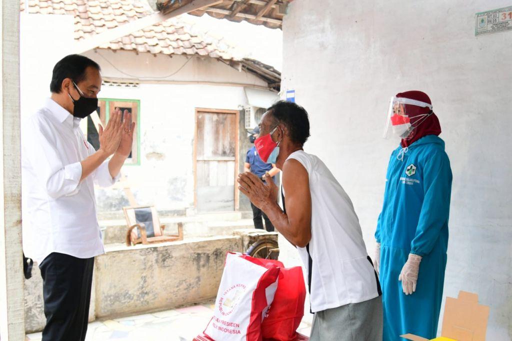 Presiden Jokowi menyapa salah seorang warga Kampung Pengampaan Kelurahan Kalijaga Kecamatan Harjamukti Kota Cirebon. (Biro Pers Kepresidenan)